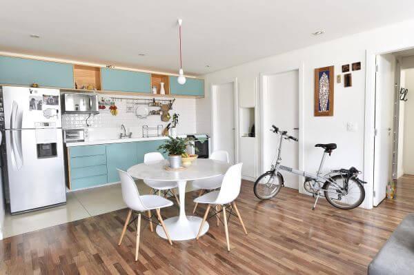 Cozinha com piso amadeirado escuro