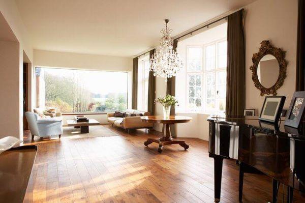 Revestimento amadeirado para sala de estar com lustre de cristal