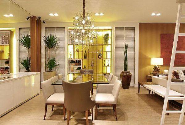 Sala de jantar clássica com revestimento amadeirado claro nas paredes