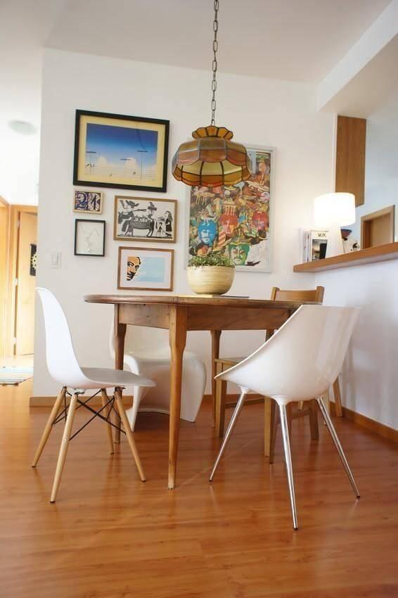Sala de jantar com revestimento de madeira