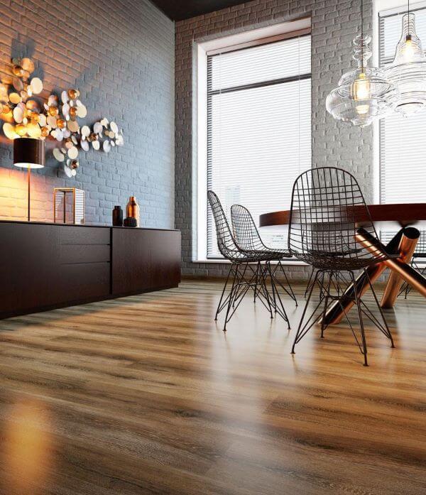 Sala de estar com revestimento amadeirado
