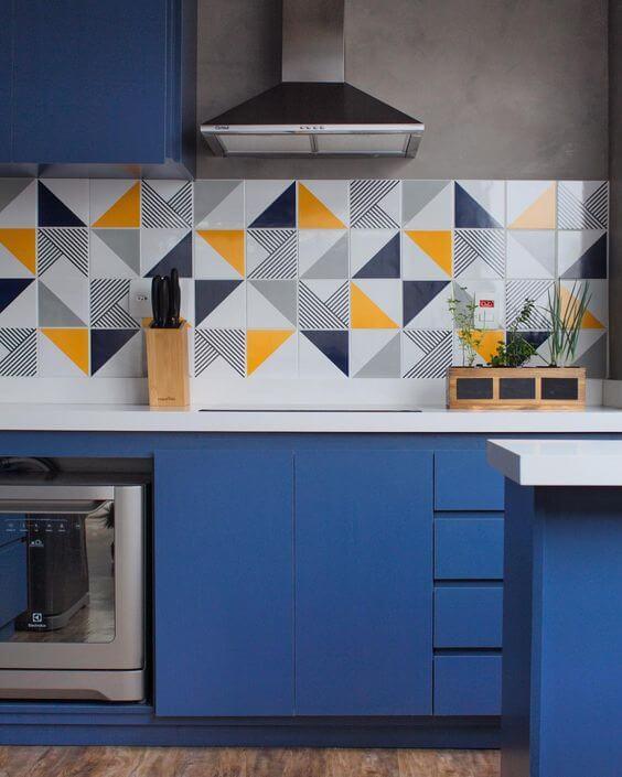 Cozinha azul com revestimento de triângulos amarelos