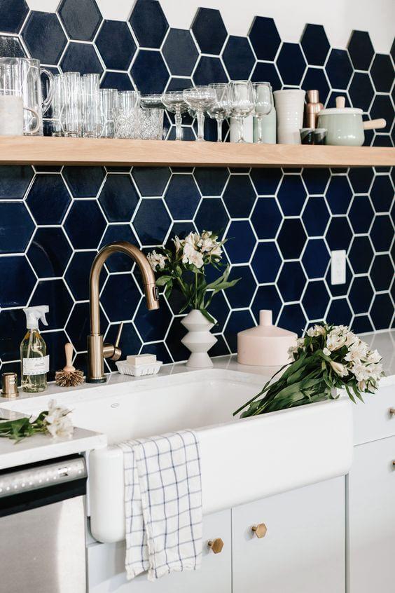 Cozinha com revestimento azul marinho hexagonal