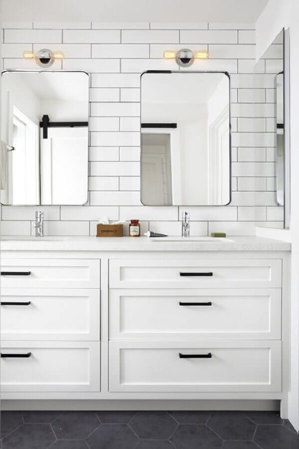 revestimento branco para banheiro com gabinete planejado Foto The Inspired Home