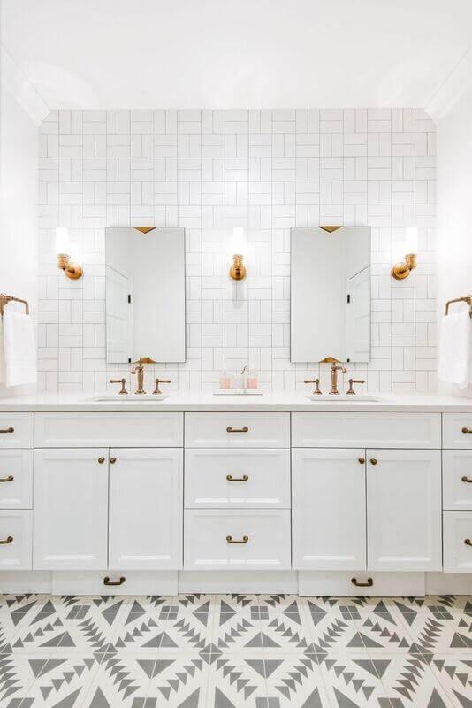 revestimento branco para banheiro decorado com detalhes cobre Foto Caitlin Wilson Design