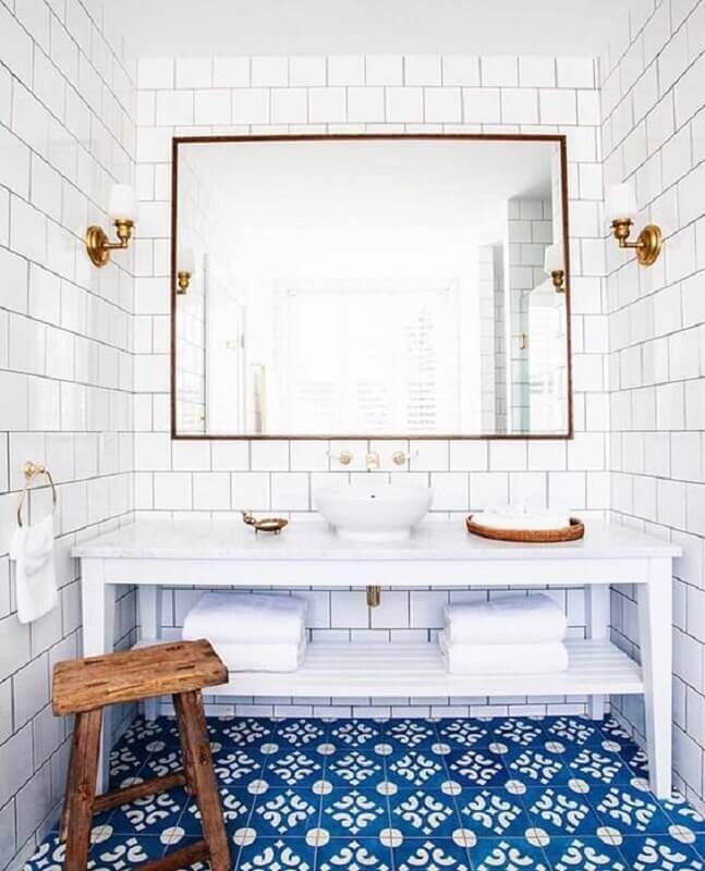 revestimento branco para banheiro decorado com piso azul antigo Foto Caitlin Wilson Design