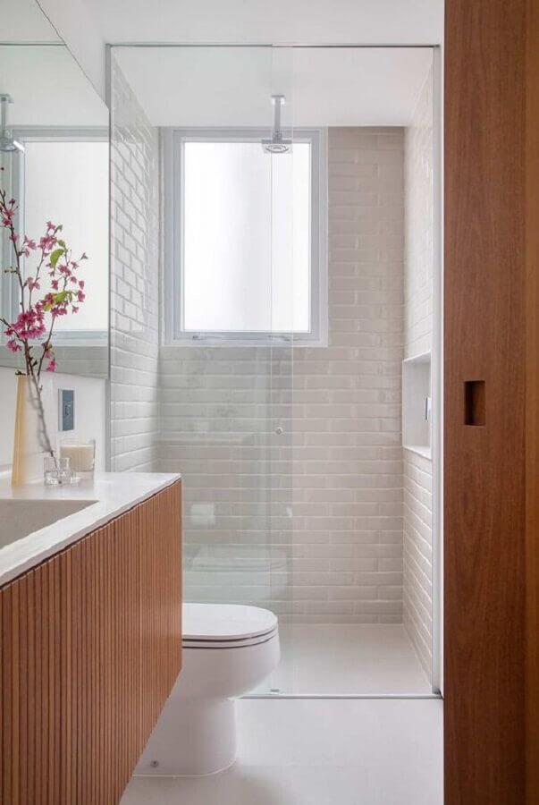 revestimento branco para banheiro pequeno decorado com gabinete de madeira Foto Casa de Valentina