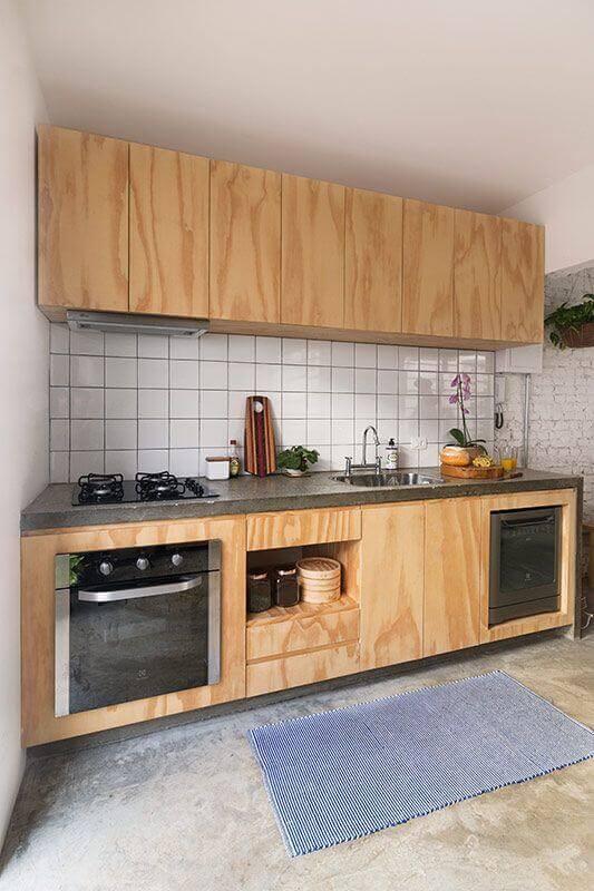 revestimento branco para cozinha simples decorada com armário de madeira Foto INÁ Arquitetura