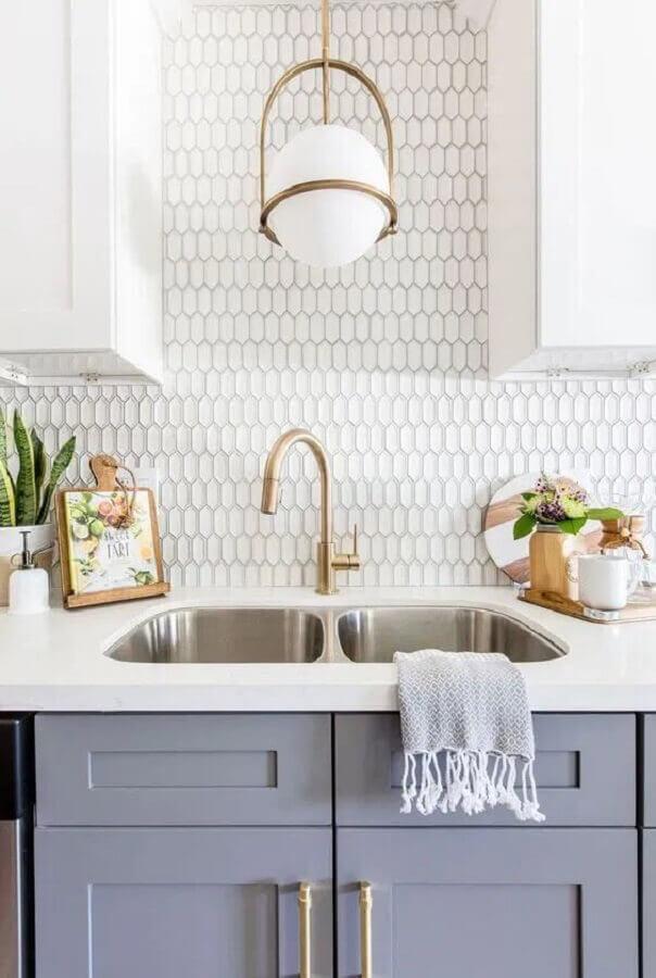 revestimento branco para parede de cozinha com decoração clássica Foto Pinterest