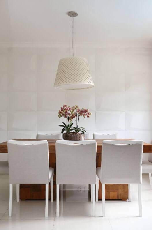 revestimento branco para sala de jantar decorada com mesa de madeira Foto Histórias de Casa