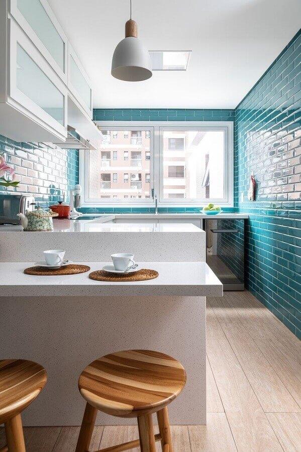 revestimento cor azul turquesa para decoração de cozinha planejada branca  Foto Marina Carvalho