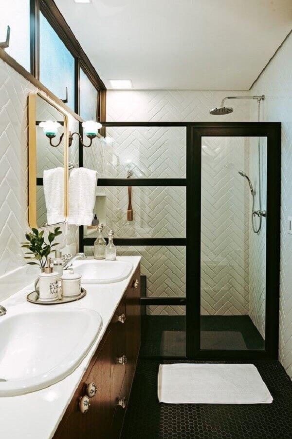 revestimento de parede branco para banheiro com box preto de vidro Foto Casa de Valentina