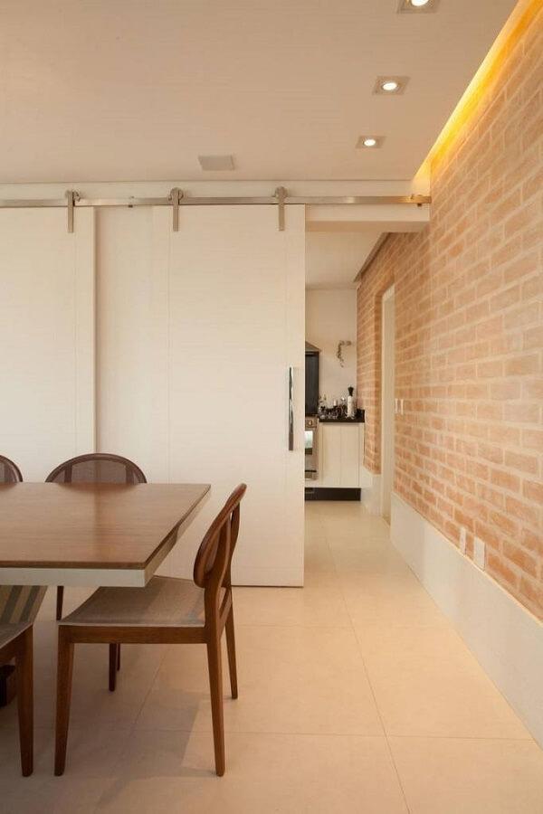 Revestimento de parede interna feito com papel de parede que imita tijolinho aparente