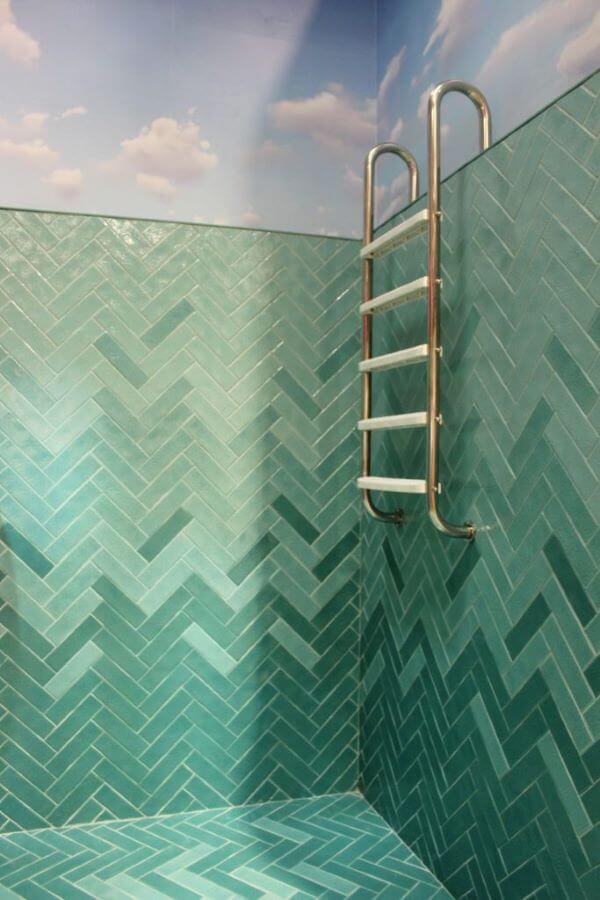 Banheiro com revestimento em tons de verde