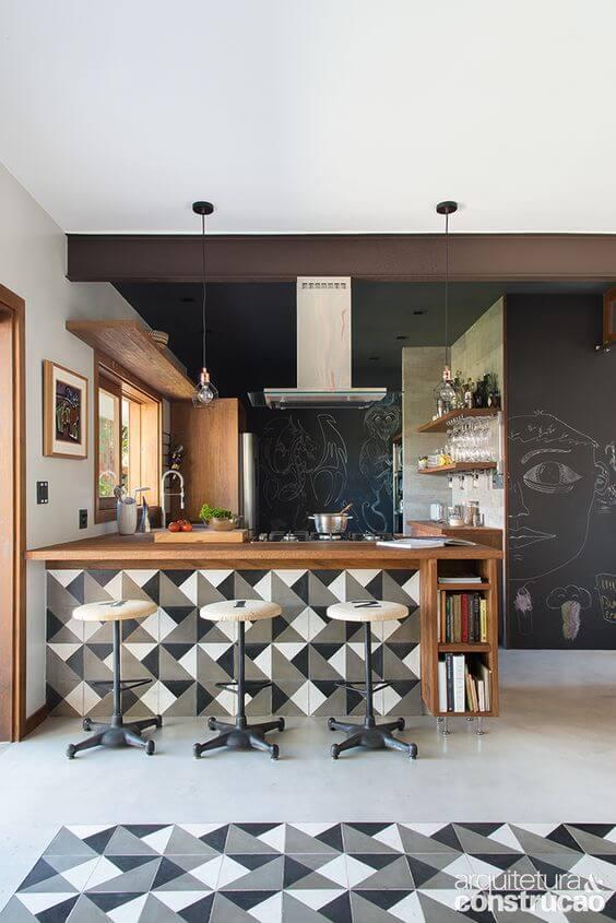 Cozinha com revestimento geométrico cinza e branco