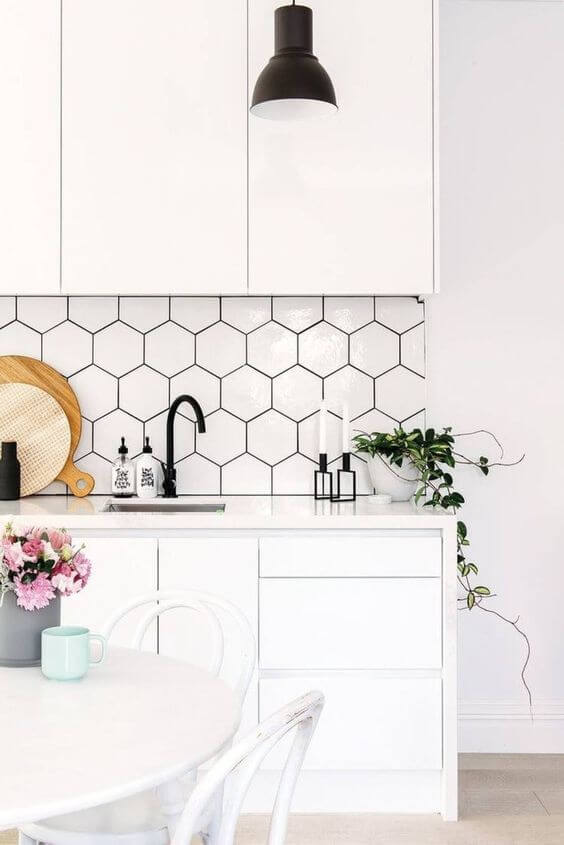 Revestimento geométrico preto e branco na cozinha
