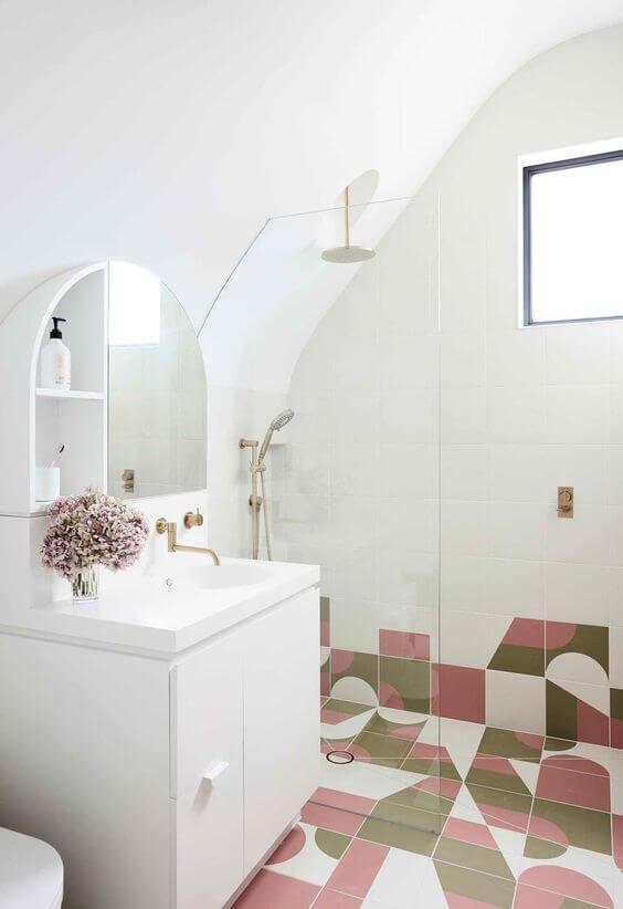 Banheiro com revestimento rosa e verde