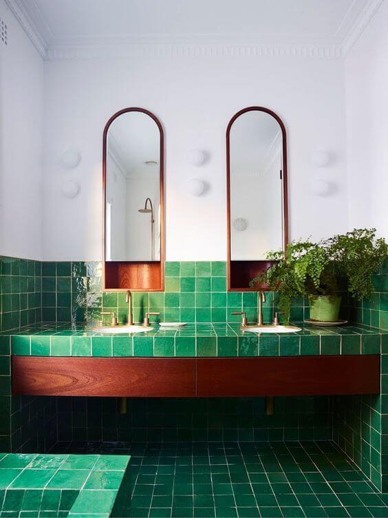 Banheiro com revestimento geométrico verde