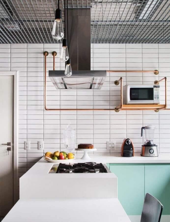 revestimento metro white para cozinha planejada com armário azul claro Foto Home Fashion Trend