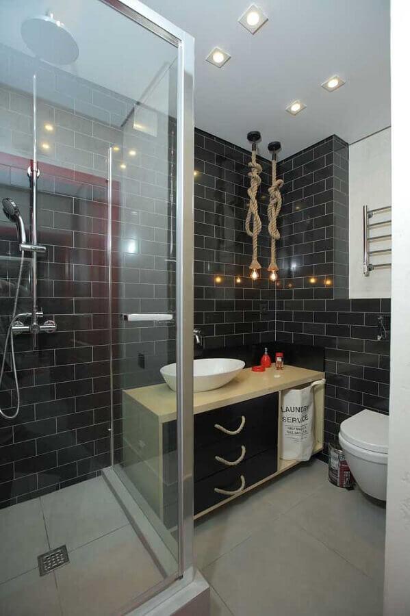 revestimento metro white preto para banheiro decorado com luminária de corda Foto Houzz