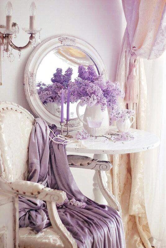 Poltrona branca com decoração em lavanda