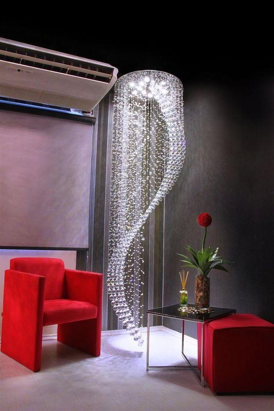 Sala de estar com lustre pendente
