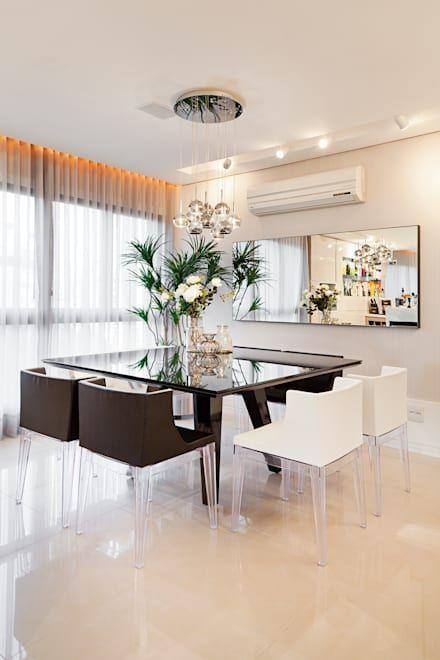 Sala de jantar com pendente de cristal