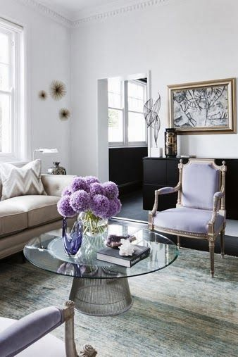 Sala com poltrona lavanda e flores da mesma cor
