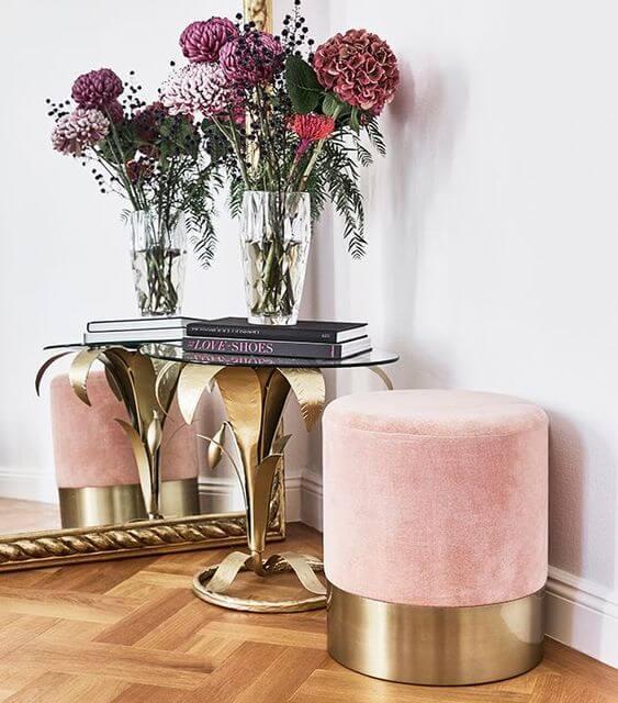 Sala com puff rosa e dourado