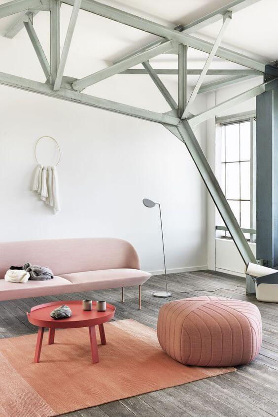 Sala com puff rosa minimalista