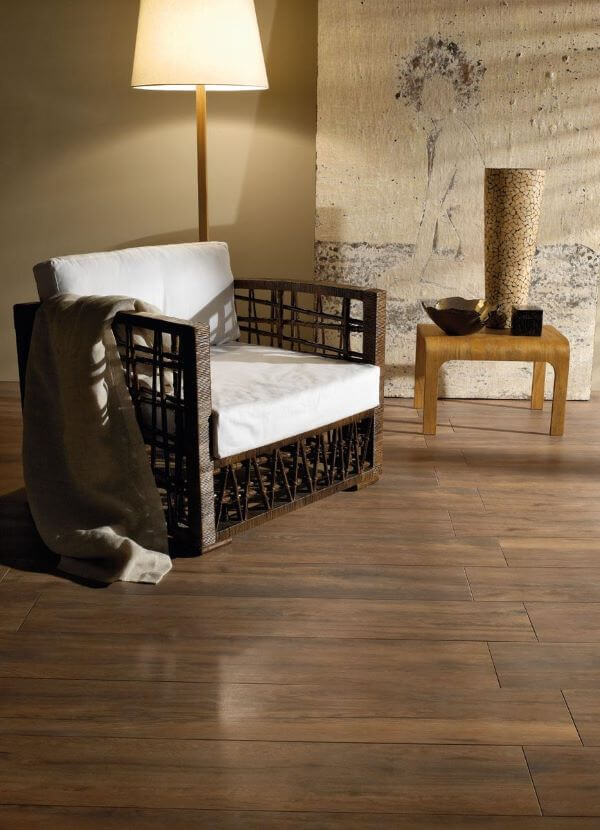 Revestimento amadeirado na sala de estar aconchegante