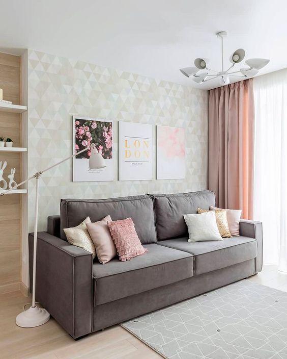 Sofá simples e cinza na sala de estar