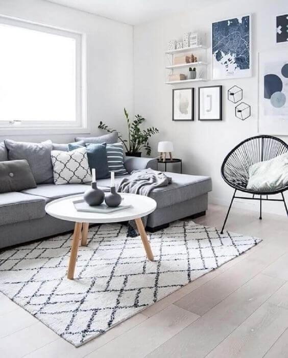 Sala cinza com tapete escandinavo preto e branco
