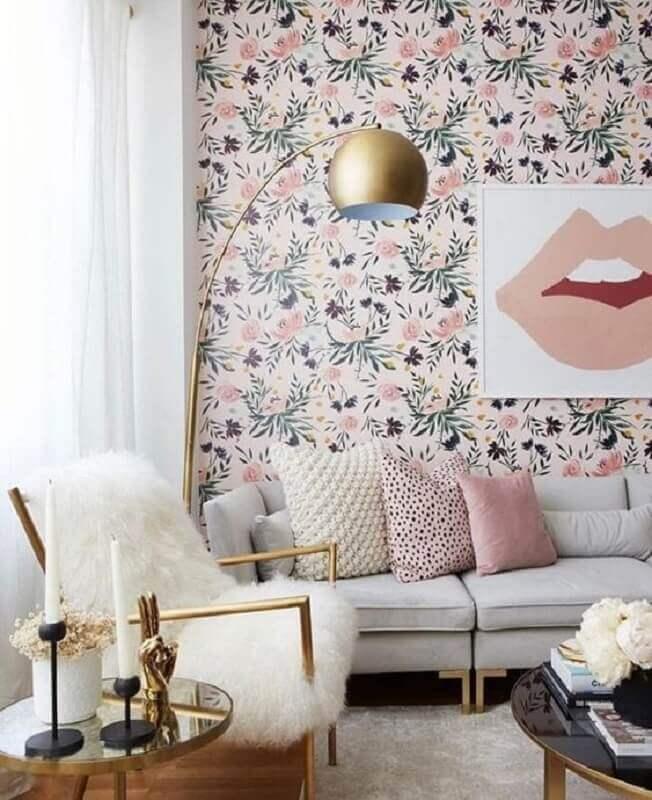 sala de estar decorada com papel de parede floral romântico Foto Histórias de Casa