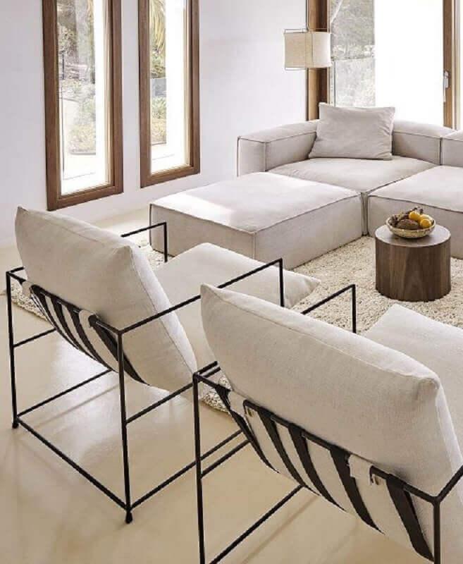 sala de estar minimalista decorada com poltronas modernas e sofá de canto Foto Westwing