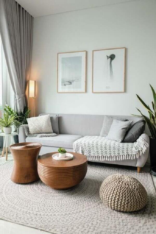 sala de estar minimalista decorada em tons de cinza com mesa de centro de madeira Foto Pinterest