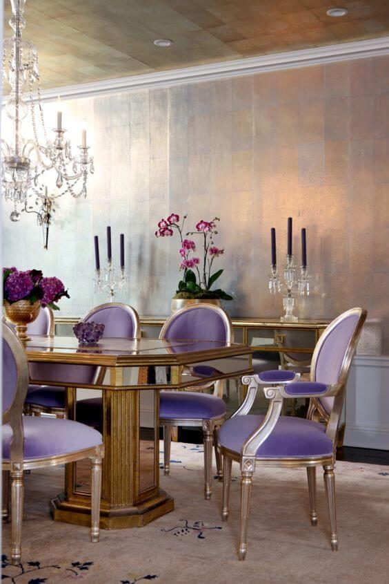 Sala de jantar com cadeiras lavanda