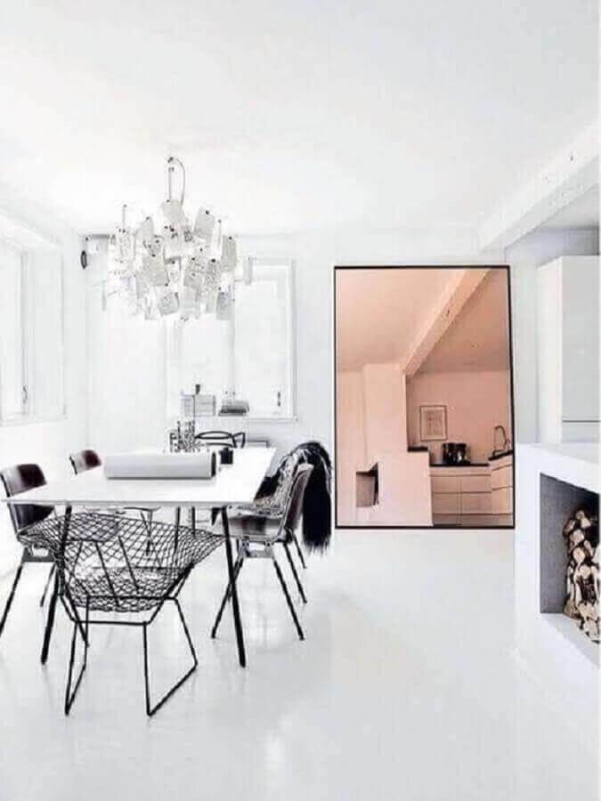 sala de jantar minimalista decorada com espelho grande cobre Foto MyDomaine