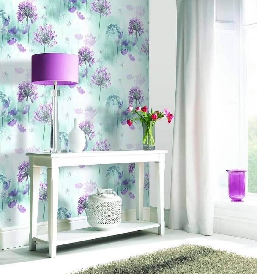 sala decorada com aparador branco e papel de parede floral romântico  Foto Pinterest