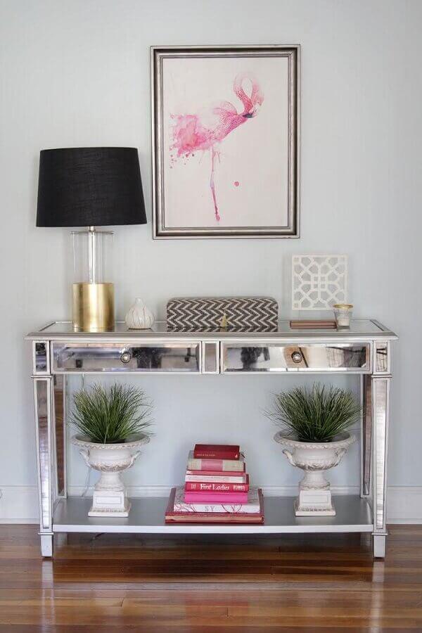 sala decorada com aparador pequeno espelhado  Foto Decorist