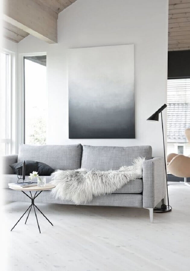 sala minimalista simples decorada com sofá cinza e luminária de piso Foto UltraLinx