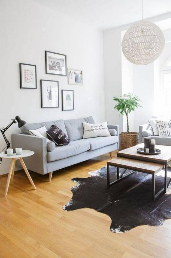Sofá simples e pequeno cinza claro