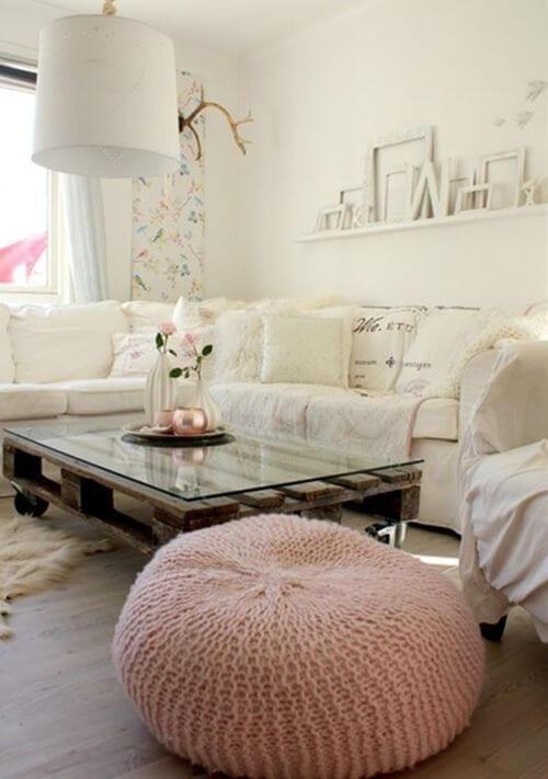 Sala neutra com puff de crochê rosa