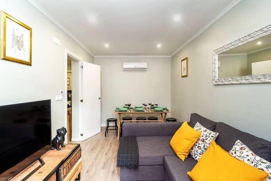 sofá cinza para decoração de apartamento pequeno em cores claras - Foto habitissimo