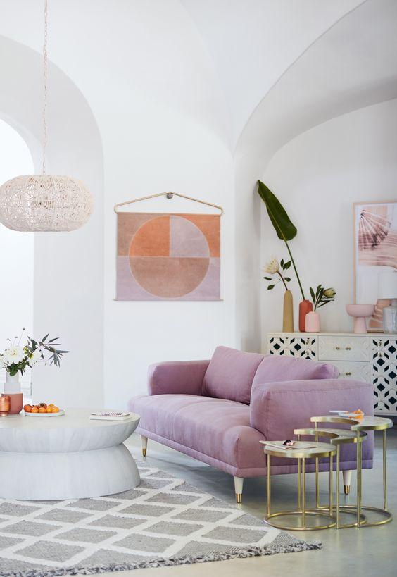 Sala com sofá cor lavanda
