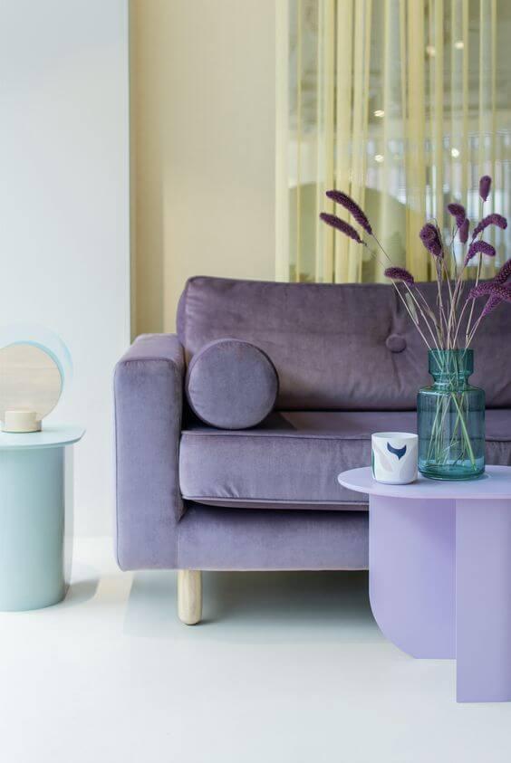 Sofá cor lavanda na sala em tons pasteis