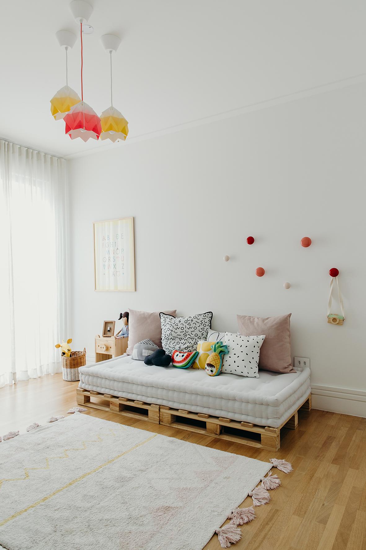 Sofá de palete simples para quarto infantil