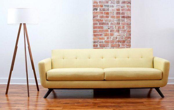 Sofá amarelo estilo retrô