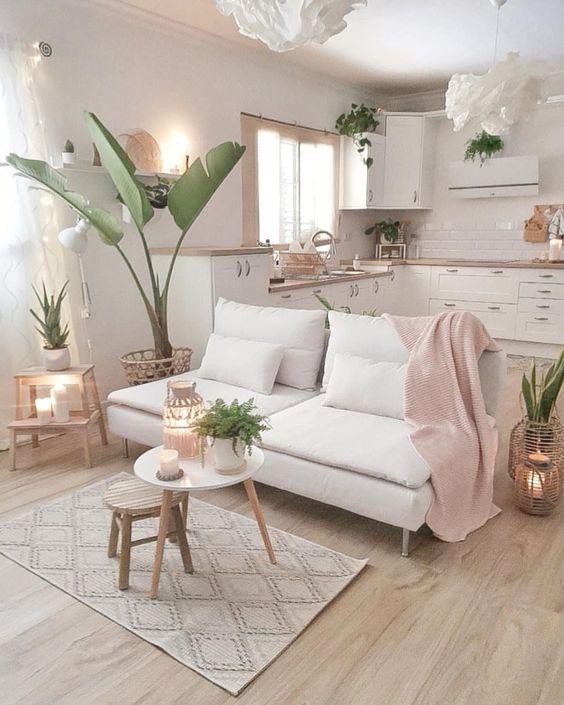 Sofá branco na sala pequena integrada com a cozinha