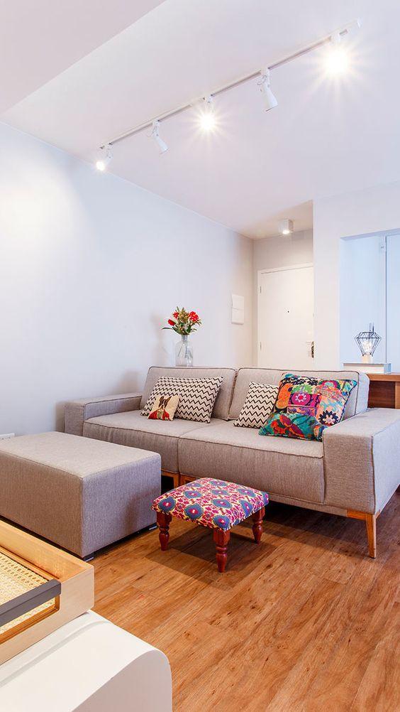 Sofá cinza na sala moderna